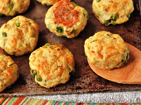 Картофени кюфтета с грах, царевица, кашкавал и чубрица печени на фурна - снимка на рецептата